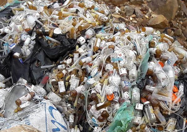 Hương Khê (Hà Tĩnh): Đổ trộm rác thải y tế ra đường giao thông