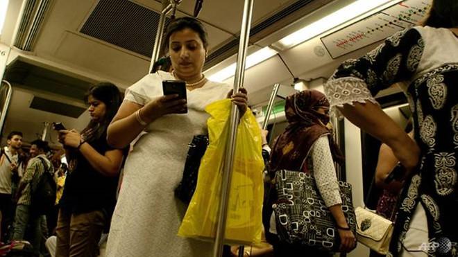 Phụ nữ được miễn phí giao thông công cộng tại New Delhi, Ấn Độ