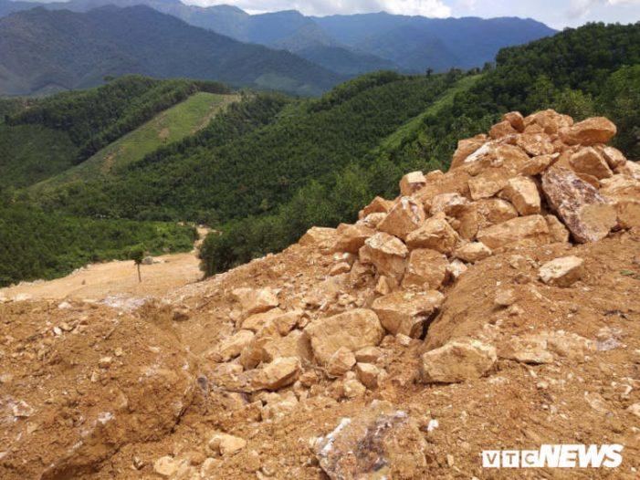 """Núp bóng cải tạo vườn đồi, nhóm """"quặng tặc"""" đưa máy móc khai thác trái phép đá thạch anh ở Nghệ An"""