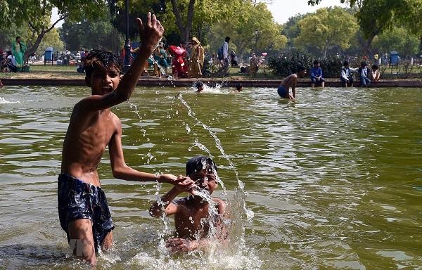 Ấn Độ: Nắng nóng nền nhiệt trên 50 độ C, đâm 6 người để tranh nước