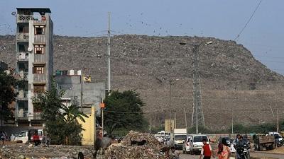 """""""Núi rác"""" tại Ấn Độ sắp đạt đỉnh, gây nguy hiểm với cả máy bay"""