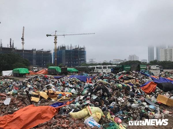 Dân chặn xe vào bãi rác Nam Sơn, phố Thủ đô ngập ngụa rác thải