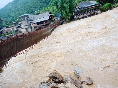 Lào Cai: Khẩn trương sơ tán 10 hộ dân ra khỏi vùng lũ
