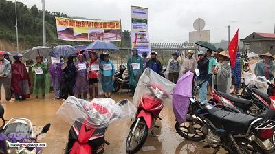 Người dân Bản Hồ đội mưa đi phản đối thủy điện Sử Pán 1