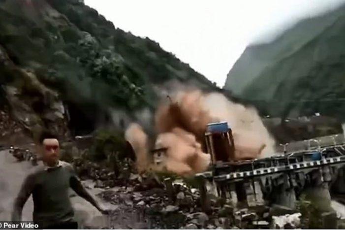 Lạnh sống lưng cảnh núi lở ụp xuống vỡ đập thủy điện Trung Quốc