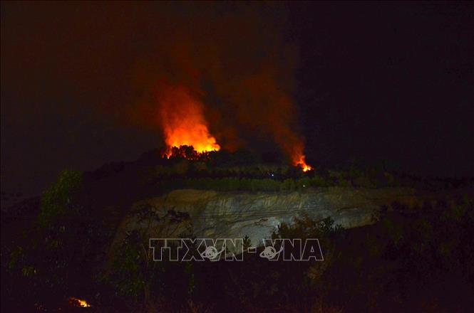 Hàng trăm người khẩn trương dập đám cháy rừng trong đêm tại Đà Nẵng